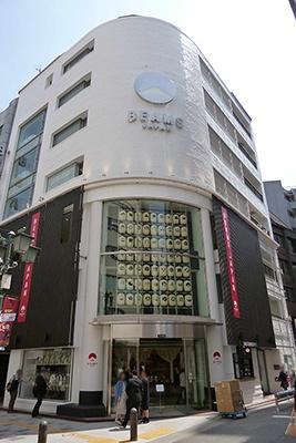 """JR新宿駅の南口から徒歩7~8分。ビームス ジャパンのロゴは日本を象徴する""""富士山""""と""""日の丸""""がモチーフになっている"""