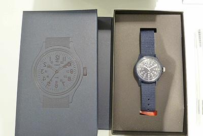 「エンジニアドガーメンツ×タイメックス×ビームス ボーイ」の腕時計(1万円)。20年ぶりに復刻したタイメックスの「オリジナルキャンパー」をベースに、文字盤のデザインをミラー反転した遊び心あふれる1本。ネイビーという点も見逃せない