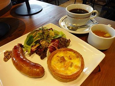 「モーニングセット」(1480円)。キッシュ(ロレーヌ、シラスと青ネギ、ツナ・コーンのうち1つを選択)、キッシュヨロイヅカ オリジナルソーセージ、グリーンサラダ、スープ、こだわりコーヒーまたは紅茶のセット