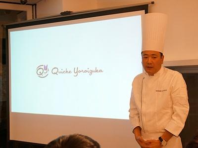 店のコンセプトを説明する鎧塚俊彦氏。2000年に日本人初の三ツ星レストランのシェ フパティシエとなり、帰国後に「トシ・ヨロイヅカ(Toshi Yoroizuka)」をオープン。近年はパティシエが作る料理(パティスリーキュイジーヌ)にも意欲的