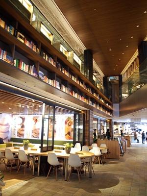 1階の食関連本コーナーの隣には、スイーツからイタリアンまで気軽に食べられる飲食ゾーンを配置。開放感のある吹き抜け空間には、随所に本がディスプレイされている
