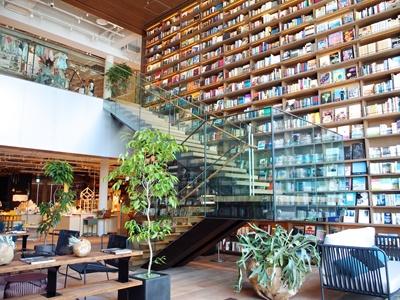 高さ7メートルの書架が圧巻の4・5階吹き抜け空間では、ソファに座ってゆっくり本を読んだり、お茶を飲んだりできる