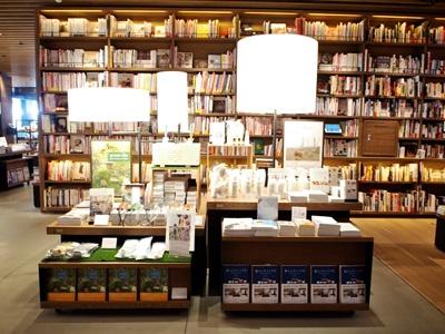 梅田、京都に続く関西3店舗目となる「蔦屋書店」。1、3、5階の3フロアに約15万冊をそろえる。食関連の本は8000冊。営業時間は7~25時