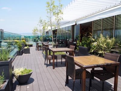 最上階のレストランフロアは全てテラス付き。テラス席では食事をしながら大パノラマの眺望を満喫できる。店内も全面ガラス張りで開放感たっぷり
