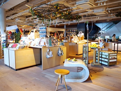 大人の女性をターゲットに暮らしと美容・健康を提案する4階フロア。中央の「雑貨マルシェ」には、暮らしの道具や日本の工芸品などテーマ別に常時約20店舗が並ぶ