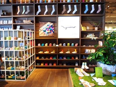 オーガニックコットンを中心に、ナチュラルな素材にこだわったシンプルで上質な靴下を提案する「ユイノ」。老舗靴下メーカーが手がける、締め付けのない靴下が自慢
