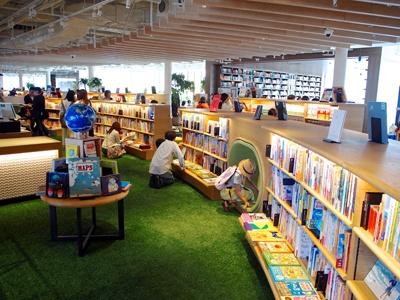 人工芝生を敷き詰めた5階の蔦屋書店には約2万冊の絵本と児童書を収蔵。子育てや絵本に詳しいコンシェルジュが常駐しているので相談することもできる