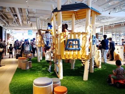 無料で遊べる室内遊具が充実しているので、ママ友や親子三世代で買い物や飲食が楽しめる。湘南T-SITEで人気がある、ドイツの職人が手がけた子供用滑り台も