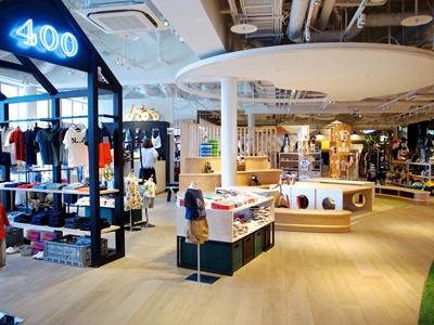 子供服のセレクトショップ「レ・キャトルサンク」と、関西に9店舗を展開する子供服専門店「音」が出店。「音」では京都の書家による手描きの名前入りオリジナルTシャツが人気