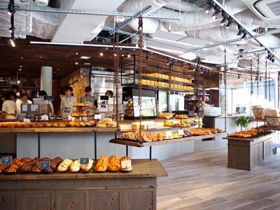 朝7時から焼きたてパンを食べられるベーカリー&カフェ「ザ グラウンズ ベーカー」は農園をイメージ。農園から収穫した食材でその日にパンを作る
