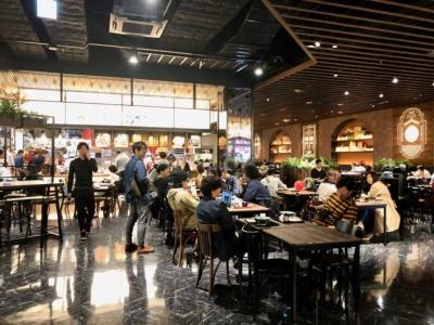 地域の名店だけでなく、全国の人気店が集結した飲食ゾーンは、フードコートの「フードフォレスト」、レストランとフードコートを融合した「きんさい横町」、レストランゾーン「グランドダイニング」で構成