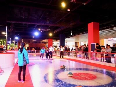 広島唯一の通年型スケートリンク「ワンダーリンク」では、カーリングやアイスバンパーカーも体験できる