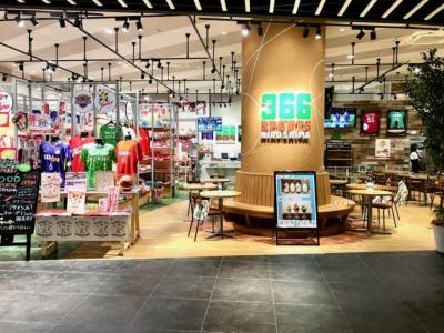 広島のプロスポーツ4チームを応援できる、カフェ&グッズ店「366 スポーツヒロシマ」。カープやサンフレッチェ、JTサンダーズ、ドラゴンフライズのグッズ販売のほか、カフェスペースではスポーツ観戦もできる