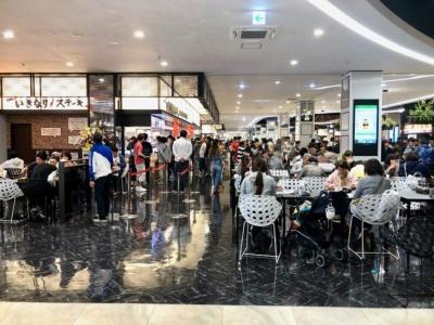 11店舗が出店し、約1000席の客席数を有するフードコート「フードフォレスト」。スタイリッシュな大空間が印象的