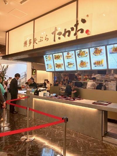 フードコートで人気の高い福岡発祥の天ぷら専門店「博多天ぷら たかお」。客の目の前で1品ずつ揚げ、カウンター越しに天ぷらを提供する