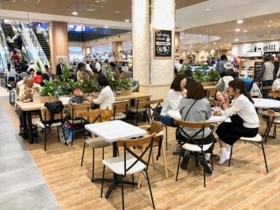 イオンの食品特化型新コンセプト店舗では、できたてをその場で味わえる「ここ de デリ」を展開。中国地方初のステーキショップ「ガブリングステーキ」や魚屋の海鮮丼「魚魚彩」などを展開。イートインスペースには約280席を用意