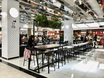 国内外の観光客にも対応した食物販編集型ゾーン「よりみちマルシェ」ゾーンにも、買ったものをその場で食べられるイートイン客席を約50席用意