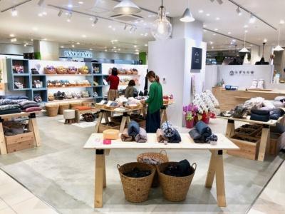 岡山県倉敷市の専門店「はぎもの舎」の2号店。い草のものづくりで培った経験を生かして開発したルームシューズとクッションを販売する