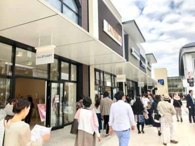 オープン初日は平日にもかかわらず、開店前に約5500人が並び、1日中賑わった