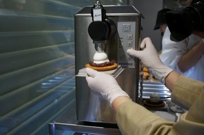 マシンでなめらかにホイップした北海道産の生クリームをたっぷり乗せる。生クリームは北海道産の牛乳を使用した、脂肪分35度のもの。食感が軽く、すっきりとした後味が特徴