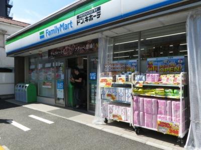 6月1日に改装オープンした「ファミリーマート立川南通り店」(東京都立川市)。看板に「PRODUSED BY ドン.キホーテ」のロゴが入っている