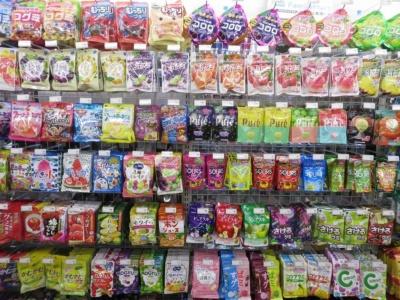 棚一面に約250種類の商品が並ぶグミ売り場