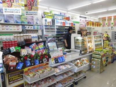 雑誌コーナーがなくなった代わりに、雑誌の最新号などはレジ前で販売