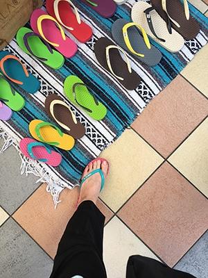 サラクスのビーチサンダル。ツブツブの刺激が気持ちいいだけでなく、デザイン性もある。厚みのあるソールなので街中でも歩きやすそう