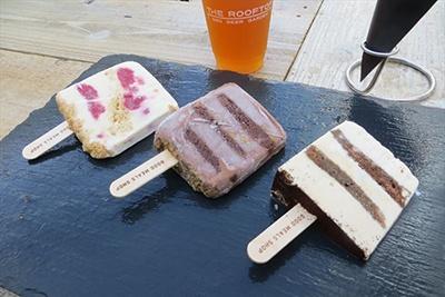 グッドミールズショップの店内で手作りされているというオリジナルアイスケーキ。写真左から、ストロベリーチーズ、チョコレートブラウニー、ティラミス。各500円