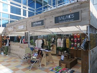 ジャーナルスタンダード レリュームとスノーピークは以前からコラボ商品を発売しており、発売直後に完売してしまう商品もあるとのこと。今夏はTシャツ、バッグ、スリッポンなどを展開