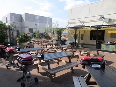 ザ ルーフトップ バーベキュー ビア ガーデンでは飲み放題付きのコース料理を提供。自分で焼くバーベキュースタイルが特徴