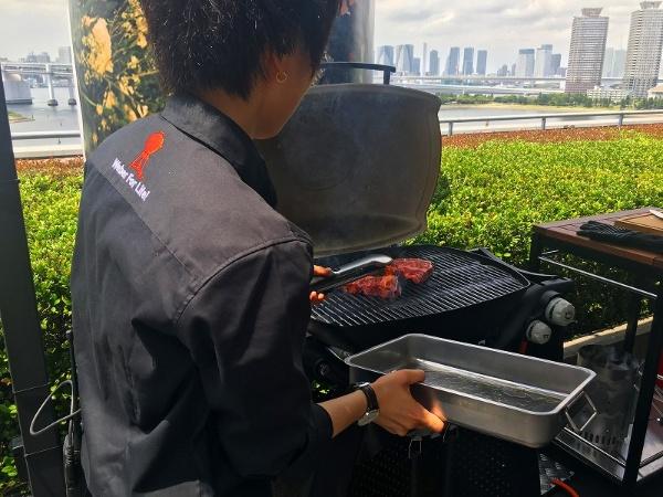厚みのある肉に下味を付けてそのままグリルに入れ、数分間蒸し焼きにする