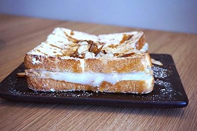 「きな粉餅トースト」(税込み550円)は、冬の人気商品。餅入りのトーストにたっぷりのきなこ、ハチミツ、パリパリのローストアーモンドをトッピングしたホットスイーツ
