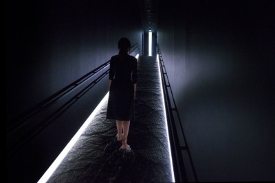 「坂の上にある光の滝」。水の音と感触が心地よく、一気に作品の世界観に入り込める