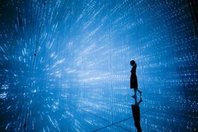「The Infinite Crystal Universe」は、ガラス張りの空間に光を放つつららのような立体物を集めた、まるで迷路のような作品。前も後ろも分からない空間を進む感覚が新鮮だった