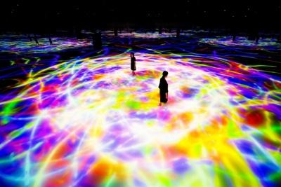 「人と共に踊る鯉によって描かれる水面のドローイング-Infinity」