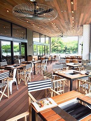 南堀江の人気カフェ「グッドスプーン」の2店舗目。全136席のうち、BBQができるテラス席は70席。周囲の自然となじむように、天井から床まで全面木で統一されたおしゃれな内装が印象的