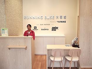 大阪城公園内で初めて開設されたランニングサポート施設「ランニングベース大阪城」は、スポーツクラブを全国に70店舗展開するスポーツクラブNASが運営。シャワールームが女性用に7つ、男性用に5つあり、充実した設備が特徴。施設利用料は600円。平日7時~22時30分、土日祝7時30分~20時