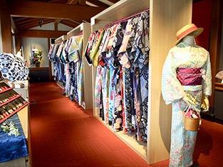 和装体験ができる「麺菓装」の2階には、レンタル用の浴衣と着物、草履、小物などがずらり並ぶ。着付け料込みで1日2980円から、忍者衣装は1500円。1泊2日はプラス2000円