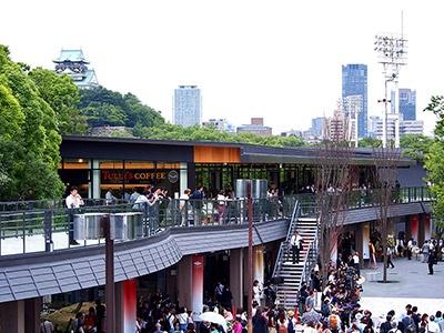 JR大阪城公園駅前にお目見えした複合商業施設「ジョー・テラス・オオサカ」。7棟の建物に飲食、物販など計22店舗が入る。延床面積約5000平方メートルで長さにすると150メートル