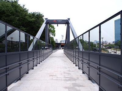 JR大阪城公園駅とは約60メートルのペデストリアンデッキで直結。2階の改札から階段を降りずに移動できるバリアフリー設計。エレベーターは電車の始発と終電に合わせて稼働する
