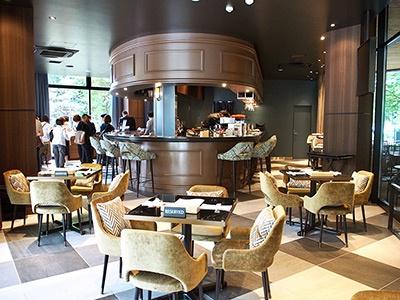 クールジャパンのテイストを空間と食事で表現する和モダンラウンジ&ビストロ「テイスト オブ ザ ランドマーク スクエア オオサカ」。現代的なデザインのなかに和のテイストを融合したインテリアの店内