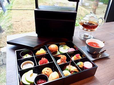 ランチで提供される「お重アフタヌーンティー」は大阪の地の食材を採用し、和の要素を加えたオリジナルメニュー。自家製バンズのバーガーやスコーンなど約13種類の料理と、ドイツのロンネフェルト社の紅茶などを味わえる。2500円(テイスト オブ ザ ランドマーク スクエア オオサカ)