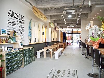 日本初上陸の人気店を含め、全6店舗でハワイ料理を提供するフードホール「アロハフードホールSHO-GI」。店内の壁面にはサーフボードが飾られ、本場ハワイの空気感たっぷり。総席数は120席以上