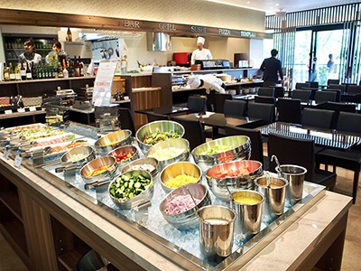和洋折衷、四季折々の料理を提供するブッフェスタイルの大型レストラン「城の森ダイニング」。海外からの団体客やパーティも受け付ける