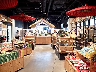 英語、中国語、韓国語に対応できるスタッフが常駐する「インフォメーション」。大阪城ならではの商品や大阪土産を販売する公式ショップを併設