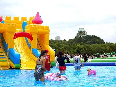 昨年15万人を集客し、今夏も開催される「大阪城ウォーターパーク バイ ハウステンボス」。子供から大人までをターゲットに、今年は20万人の来場を計画している