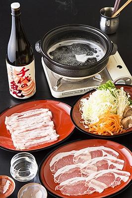 夜は日本酒100%のしゃぶしゃぶ店「悠久乃蔵」として営業。「100%日本酒しゃぶしゃぶセット」(1人前3900円※税込み。以下同)は、前菜3品、銀座 蔵麹豚しゃぶしゃぶ、野菜盛り、日本酒鍋、しめのご飯またはうどん