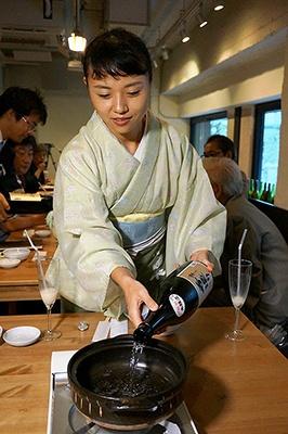 鍋の中に日本酒がなみなみと注がれる