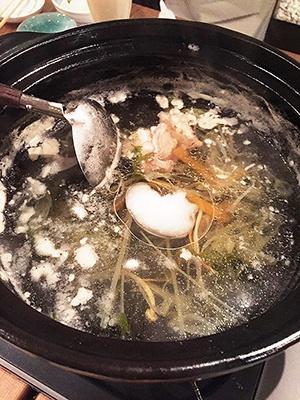プラス500円で酒粕・麹・ココナッツバージンオイル・薬膳・イタリアントマト・グリーンカレーなどのトッピングが追加可能。写真はココナッツバージンオイルを入れたものだが、日本酒のかすかな苦味が消えてまろやかになり、食べやすくなった